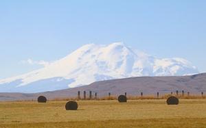 Travelnews.lv rīta agrumā apjūsmo Eiropas augstāko virsotni Elbruss. Atbalsta: Magtur 48
