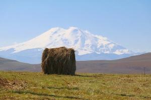 Travelnews.lv rīta agrumā apjūsmo Eiropas augstāko virsotni Elbruss. Atbalsta: Magtur 49