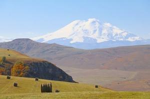Travelnews.lv rīta agrumā apjūsmo Eiropas augstāko virsotni Elbruss. Atbalsta: Magtur 51