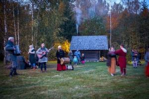 Vienkoču parkā norisinājās Uguns Nakts, kura mērķis ir vienu īso rudens dienu padarīt ilgāk gaišu, dot iespēju uzlādēt sevi ar sveču gaismu un siltumu 12