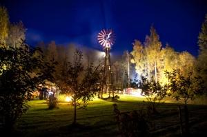 Vienkoču parkā norisinājās Uguns Nakts, kura mērķis ir vienu īso rudens dienu padarīt ilgāk gaišu, dot iespēju uzlādēt sevi ar sveču gaismu un siltumu 25
