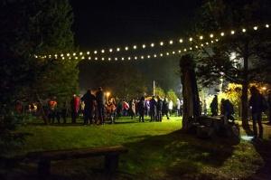 Vienkoču parkā norisinājās Uguns Nakts, kura mērķis ir vienu īso rudens dienu padarīt ilgāk gaišu, dot iespēju uzlādēt sevi ar sveču gaismu un siltumu 30