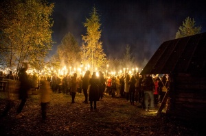 Vienkoču parkā norisinājās Uguns Nakts, kura mērķis ir vienu īso rudens dienu padarīt ilgāk gaišu, dot iespēju uzlādēt sevi ar sveču gaismu un siltumu 31