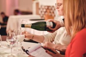 Rīgā norisinājās Baltijas labāko vīnziņu konkurss Vana Tallinn Grand Prix 2019, kurā par labākā vīnziņa un labākā jaunā vīnziņa titulu cīnījās pretend 14