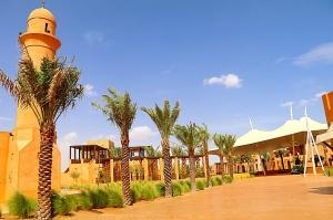 Tuksnesī apmeklējam un pusdienojam Šārdžas emirātu viesnīcā «Al Badayer Oasis», kas pieder emirāta īpašo naktsmītņu kolekcijai «Mysk  Sharjah Collecti 1