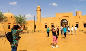 Tuksnesī apmeklējam un pusdienojam Šārdžas emirātu viesnīcā «Al Badayer Oasis», kas pieder emirāta īpašo naktsmītņu kolekcijai «Mysk  Sharjah Collecti 2