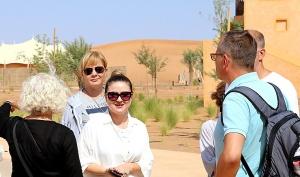 Tuksnesī apmeklējam un pusdienojam Šārdžas emirātu viesnīcā «Al Badayer Oasis», kas pieder emirāta īpašo naktsmītņu kolekcijai «Mysk  Sharjah Collecti 10