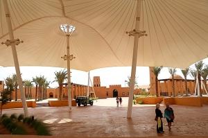 Tuksnesī apmeklējam un pusdienojam Šārdžas emirātu viesnīcā «Al Badayer Oasis», kas pieder emirāta īpašo naktsmītņu kolekcijai «Mysk  Sharjah Collecti 13