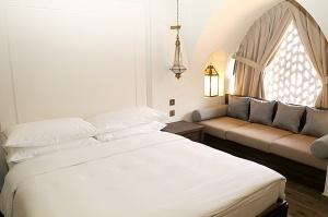Tuksnesī apmeklējam un pusdienojam Šārdžas emirātu viesnīcā «Al Badayer Oasis», kas pieder emirāta īpašo naktsmītņu kolekcijai «Mysk  Sharjah Collecti 22