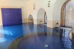 Tuksnesī apmeklējam un pusdienojam Šārdžas emirātu viesnīcā «Al Badayer Oasis», kas pieder emirāta īpašo naktsmītņu kolekcijai «Mysk  Sharjah Collecti 37