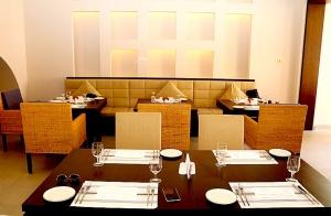 Tuksnesī apmeklējam un pusdienojam Šārdžas emirātu viesnīcā «Al Badayer Oasis», kas pieder emirāta īpašo naktsmītņu kolekcijai «Mysk  Sharjah Collecti 50