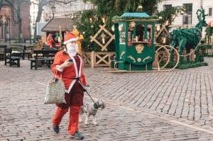 Ziemassvētku vecīšu labdarības skrējiens ir pozitīvām emocijām piepildīts pasākums, kurā ik gadu piedalās simtiem jautru dalībnieku ar mērķi palīdzēt  2