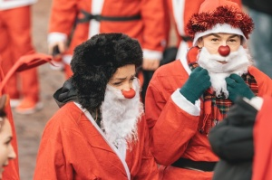Ziemassvētku vecīšu labdarības skrējiens ir pozitīvām emocijām piepildīts pasākums, kurā ik gadu piedalās simtiem jautru dalībnieku ar mērķi palīdzēt  10