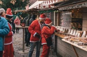 Ziemassvētku vecīšu labdarības skrējiens ir pozitīvām emocijām piepildīts pasākums, kurā ik gadu piedalās simtiem jautru dalībnieku ar mērķi palīdzēt  18