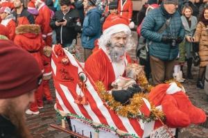 Ziemassvētku vecīšu labdarības skrējiens ir pozitīvām emocijām piepildīts pasākums, kurā ik gadu piedalās simtiem jautru dalībnieku ar mērķi palīdzēt  24