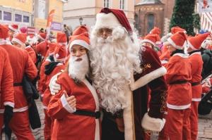 Ziemassvētku vecīšu labdarības skrējiens ir pozitīvām emocijām piepildīts pasākums, kurā ik gadu piedalās simtiem jautru dalībnieku ar mērķi palīdzēt  25