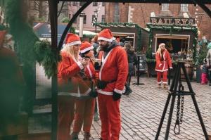 Ziemassvētku vecīšu labdarības skrējiens ir pozitīvām emocijām piepildīts pasākums, kurā ik gadu piedalās simtiem jautru dalībnieku ar mērķi palīdzēt  26