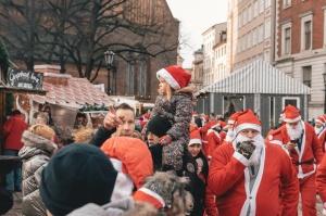 Ziemassvētku vecīšu labdarības skrējiens ir pozitīvām emocijām piepildīts pasākums, kurā ik gadu piedalās simtiem jautru dalībnieku ar mērķi palīdzēt  28
