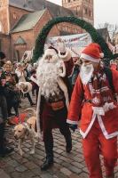 Ziemassvētku vecīšu labdarības skrējiens ir pozitīvām emocijām piepildīts pasākums, kurā ik gadu piedalās simtiem jautru dalībnieku ar mērķi palīdzēt  45