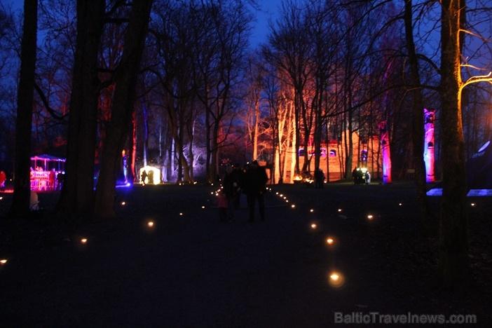 Lielvārdes muižas parku pasākumā «Sveču nakts» piepilda gaismas un uguns mistērija