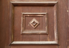 Travelnews.lv pievērš uzmanību Kuldīgas parādes namu durvju rokturiem 7