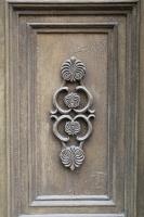 Travelnews.lv pievērš uzmanību Kuldīgas parādes namu durvju rokturiem 8