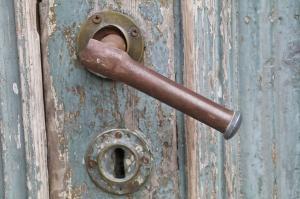 Travelnews.lv pievērš uzmanību Kuldīgas parādes namu durvju rokturiem 12