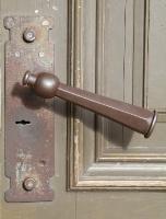 Travelnews.lv pievērš uzmanību Kuldīgas parādes namu durvju rokturiem 13