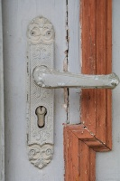 Travelnews.lv pievērš uzmanību Kuldīgas parādes namu durvju rokturiem 14
