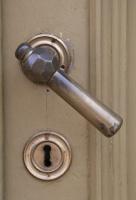 Travelnews.lv pievērš uzmanību Kuldīgas parādes namu durvju rokturiem 15