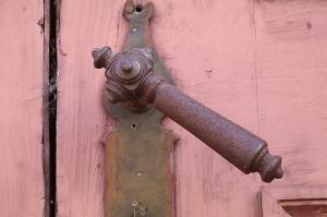 Travelnews.lv pievērš uzmanību Kuldīgas parādes namu durvju rokturiem 17