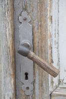Travelnews.lv pievērš uzmanību Kuldīgas parādes namu durvju rokturiem 20