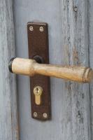 Travelnews.lv pievērš uzmanību Kuldīgas parādes namu durvju rokturiem 21