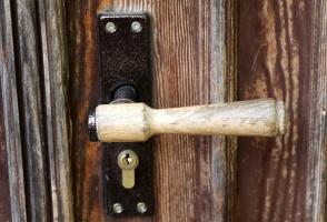 Travelnews.lv pievērš uzmanību Kuldīgas parādes namu durvju rokturiem 23