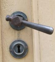 Travelnews.lv pievērš uzmanību Kuldīgas parādes namu durvju rokturiem 26