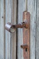 Travelnews.lv pievērš uzmanību Kuldīgas parādes namu durvju rokturiem 28