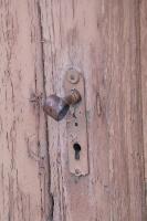 Travelnews.lv pievērš uzmanību Kuldīgas parādes namu durvju rokturiem 29