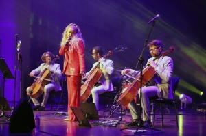 Melo-M un Dināra Rudāne ar lielām emocijām uzstājas Liepājas koncertzālē «Lielais dzintars». Foto: Līga Tetere 2