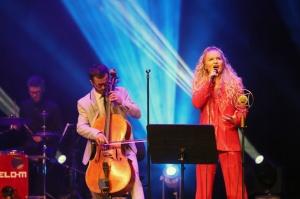Melo-M un Dināra Rudāne ar lielām emocijām uzstājas Liepājas koncertzālē «Lielais dzintars». Foto: Līga Tetere 4